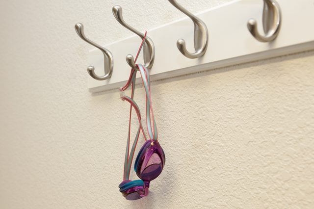 آویزان و خشک کردن عینک شنا