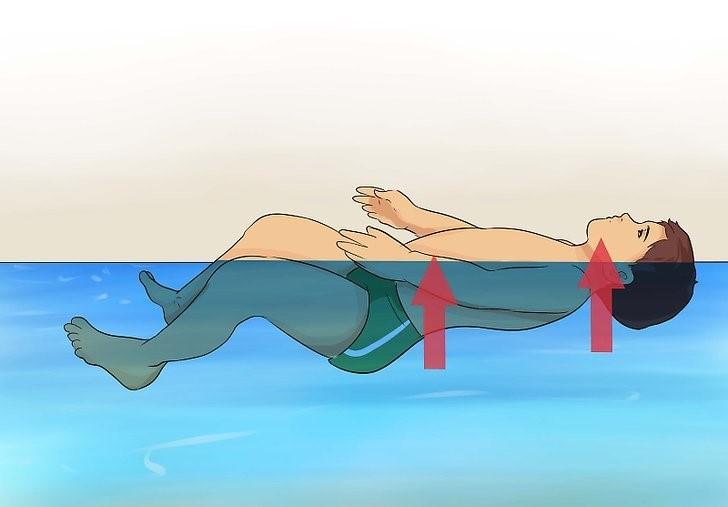 آموزش شناور ماندن کودک روی آب