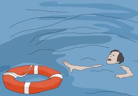 یک حلقهٔ بادی یا چیزی مثل آن را که روی آب بماند، بهسمتش پرتاب کنید.